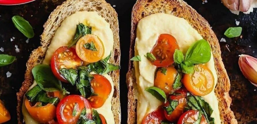 Bruschettas de homus e tomate